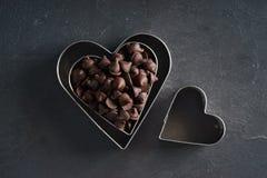 心脏有巧克力片的形状切削刀 库存照片