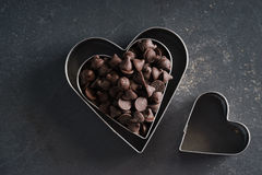心脏有巧克力片的形状切削刀 库存图片