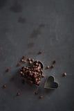心脏有巧克力片的形状切削刀 免版税库存图片