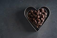 心脏有巧克力片的形状切削刀 免版税库存照片