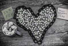 心脏杯和链子形状与词2月14日的 库存图片