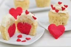 心脏杯形蛋糕 免版税库存图片