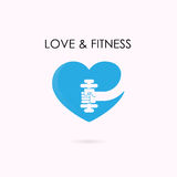 心脏标志和哑铃象 健身和健身房商标 医疗保健 免版税库存照片