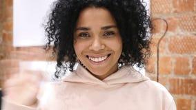 心脏标志用人工,欢迎年轻美国黑人的妇女 影视素材