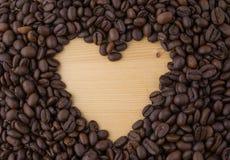 心脏标志由咖啡豆制成 库存照片