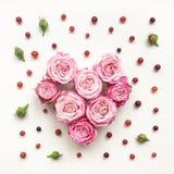 心脏标志由玫瑰和叶子制成在白色背景 免版税库存图片