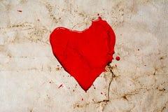 心脏标志绘与红色油漆与在葡萄酒背景嬉水 与镇压的老减速火箭的样式照片弄皱了纸 库存照片