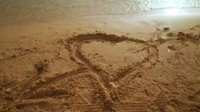 心脏沙子 在沙子的心脏凹道 在沙子背景的心脏形状 影视素材