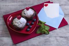 心脏用两个莓果松饼 库存照片