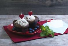 心脏用两个莓果松饼 免版税图库摄影