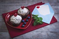 心脏用两个莓果松饼 库存图片
