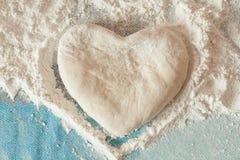 心脏用手做的由面团制成 免版税库存图片