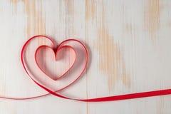 心脏由丝带制成在木背景 库存照片