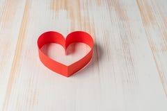 心脏由丝带制成在木背景 免版税库存图片