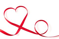 心脏由丝带制成在白色背景 免版税库存图片