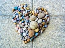 心脏由五颜六色的小卵石、爱和变化制成 免版税图库摄影