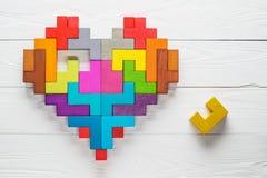 心脏由五颜六色的木形状做成,顶视图,平的位置 免版税库存照片