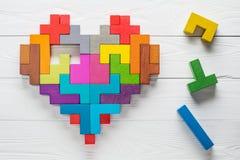 心脏由五颜六色的木形状做成,顶视图,平的位置 库存照片
