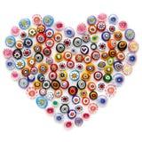 心脏由五颜六色的玻璃珠做成 色的威尼斯玻璃器皿, Murano玻璃, millefiori 平的位置,顶视图 免版税库存照片