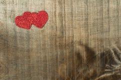 心脏由卷曲的红色纸制成 免版税库存图片