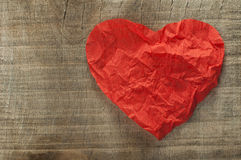 心脏由卷曲的红色纸制成 库存照片