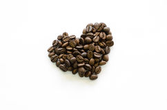 心脏由咖啡豆制成在白色背景,爱咖啡 库存照片