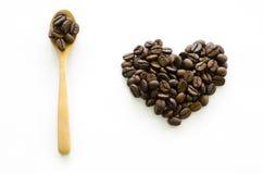 心脏由咖啡豆制成在白色背景,爱咖啡 免版税库存照片