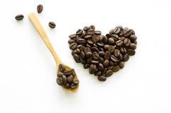 心脏由咖啡豆制成在白色背景,爱咖啡 免版税库存图片