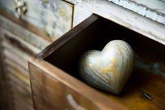 心脏由在抽屉的木头制成,情人节 免版税库存图片