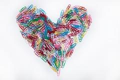 心脏由在颜色的纸夹制成 免版税库存照片