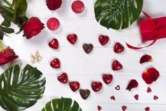 心脏由巧克力制成在白色木背景 库存图片