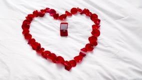 心脏由瓣和钻戒制成在礼物盒 股票录像