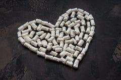 心脏由白色心脏蛋白软糖,爱的装饰制成 免版税库存图片
