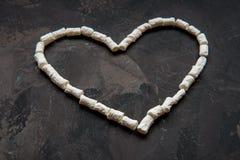 心脏由白色心脏蛋白软糖,爱的装饰制成 库存图片