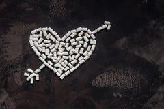 心脏由白色心脏蛋白软糖,爱的装饰制成 图库摄影