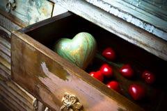 心脏由石头和木头在抽屉,情人节制成 免版税库存照片