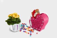 心脏由糖果制成在华伦泰与红色篮子的` s天 免版税库存图片