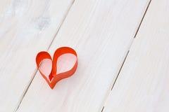 心脏由红色纸制成在木背景白色 免版税库存照片