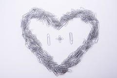 心脏由纸夹做在白色 免版税库存图片