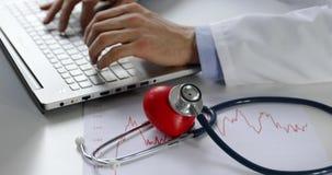 心脏病学-研究手提电脑的医生心脏科医师在办公室 股票录像