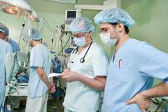 心脏病操作的两位麻醉学者医生 免版税库存照片