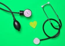心脏病的概念 医疗monometer,听诊器,decorativ 免版税图库摄影