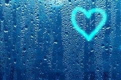 心脏的图象和在一个湿misted窗口的一个问号 Emo 免版税库存图片