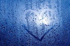 心脏的图象和在一个湿misted窗口的一个问号 Emo 免版税库存照片
