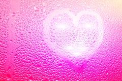 心脏的图象和在一个湿misted窗口的一个问号 Emo 图库摄影