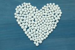 心脏的图象由白色片剂做成 免版税库存图片
