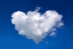 以心脏的形式一朵大白色云彩在蓝天 免版税库存照片