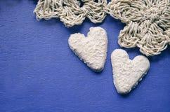以心脏的形式两个曲奇饼在与地方的蓝色背景文本的 爱概念背景 2月14日假日 愉快的VA 免版税图库摄影