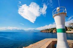以心脏的形式云彩在海上 库存图片