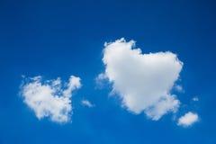 以心脏的形式云彩在蓝天 免版税图库摄影